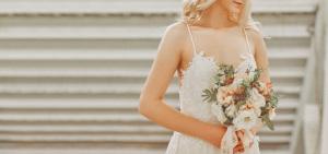 白色婚纱花束背景图