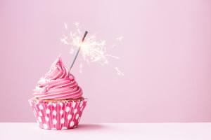 节日杯子蛋糕烟花背景图